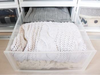 衣替えなどで長期間仕舞う場合は、カビや虫を避けるため必ず防虫剤・乾燥剤をケースに入れます。 また、しわや型崩れがおきないように、綺麗に畳んで無理やり押し込まないようにしましょう。