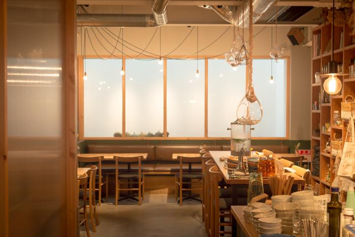 「体に優しく安心な、おいしいメニューを作ります。」をメニューに掲げているオーガニックレストランです。こだわり抜いたお料理やスイーツはどれもやさしく安らげる味です。店内には緑も多く、シンプルなインテリアで、とても寛げる雰囲気のお店です。