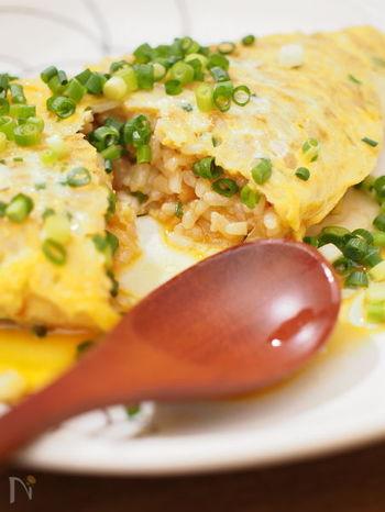 ねぎと削り節の風味が美味しい和風のオムライスです。日本人の大好きな醤油と削り節の組み合わせに、ついついお代わりしたくなってしまいます。