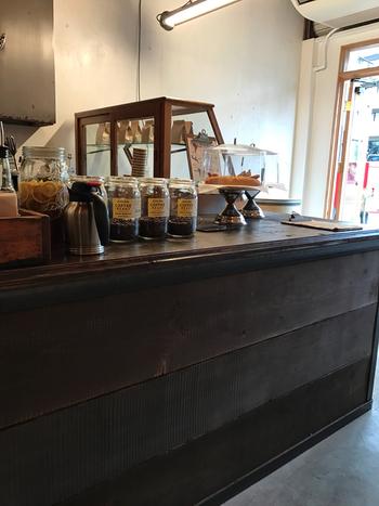 代々木八幡で人気のコーヒーショップ「Little Nap COFFEE STAND」の2号店。地元の人たちも気軽に立ち寄れるスタンド形式のお店です。週末には何かしらイベントが開催されています。心地よいBGMの流れる店内は、焙煎珈琲の挽きたての薫りに包まれたリラックス空間を堪能できます。