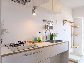 必要なものだけを使いやすく配置することが小さなキッチンを使いやすくするポイントです。引き出しのほか、壁掛けを利用するなど収納の仕方にもこだわりたいですね。