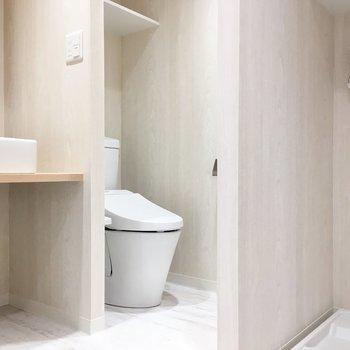 トイレととお風呂が同じ部屋にあるとどうしても使いづらいものです。生活時間の異なる大人がともに気持ちよく住まうためには、できるだけ別にした方が良いでしょう。