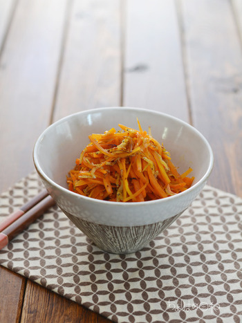β-カロテンは、油に溶けやすい脂溶性ビタミンなので、油といっしょに調理することで吸収力がアップします。 丸ごと1本使って千切りにして炒めると、カサが減ってモリモリ食べられますよ!