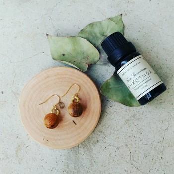 ころんと素朴でかわいい「wood ball aroma pierce」は、実は見た目以上の機能をもつアクセサリー。  ウッドボールに「アロマオイル」や「香水」を垂らすことで、「香り」を身にまとうことができるのです。