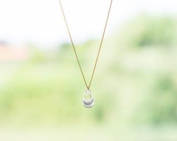 「タビノキセキ」の「アロマネックレス」は、軽くシンプルなガラス製のペンダントトップが美しい1品。  ペンダントトップ上部の小さな穴に「アロマオイル」や「香水」をたらすことで、香りを楽しむことができます。