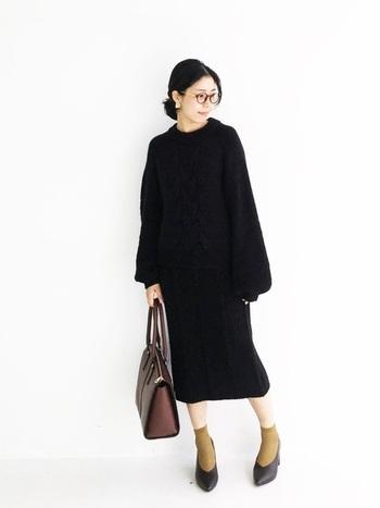 ブラックのニットアップは、シンプルだからこそ小物で色々と表情を変えてファッションを楽しみたいですね。「靴下×パンプス」で足元にアクセントカラーを持ってくるのも◎