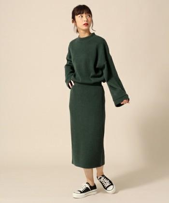 今年人気のハイネック&ワイドスリーブのトップスは1枚着るだけで今年らしいコーデに。セットのロングタイトスカートも程よいゆとりがあり、使いまわししやすいアイテム。ゆったりコーデですが、ベルトをしてメリハリをつけるとスタイル&お洒落度が同時にアップしますよ!
