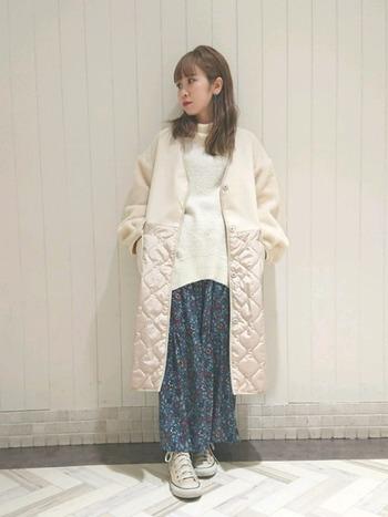 先ほどのセットアップのスカートだけを着まわしたコーディネート。ホワイトニット&コートと先ほどのセットアップのスカートのみを組み合わせることで、柄の面積が抑えられ、よりナチュラルな雰囲気になりますね。