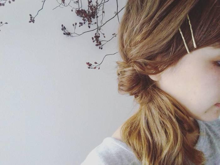 前髪でこめかみが覆われるようにピン留めすることで、キュッとコンパクトな小顔をゲット!サイドとのつながりを意識すると、自然な毛流れがつくれます。