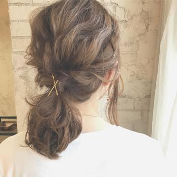 すっかり定番になった、毛束でゴムを隠すという方法。毛束を固定するピンは、表から見えるように留めれば、ヘアアクセサリーとしての機能もちゃっかり果たしてくれるんです。
