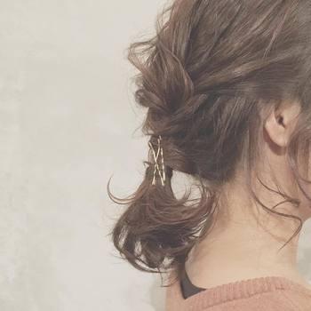 巻き付ける毛束の量が多いときや、髪が短めの場合は、ピンを多く使ってかっちりセット。配置に工夫しながら、ベストなポジションを見つけましょう。