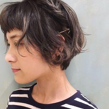 """サイドを軽くねじったら、その毛束と垂直になるようにアメピンを。地肌とアメピンは密着するように留めつつ、もみあげ付近のヘアをエアリーにすると、メリハリのある""""ふわピタ""""シルエットがつくれます。"""