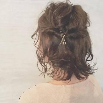 両サイドの毛束をねじったら、後ろでまとめてピン留め。クロスさせることできっちりと固定され、見た目も愛らしく整います。