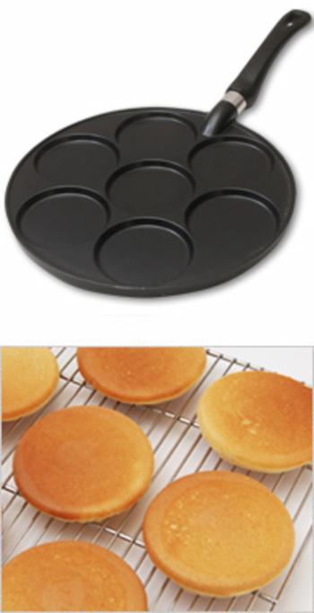 こちらのパンケーキ用フライパンは、かわいい小さなパンケーキが一度に7つ焼ける優れもの。小さめサイズだから、何枚も食べられそうですね。