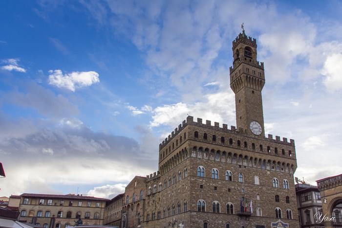シニョリーア広場に面して建つヴェッキオ宮殿は、1299年から1314年にかけて建設された宮殿です。かつて、イタリアの名門家・メディチ家が居住していた場所でもあり、輝かしい姿を見せています。