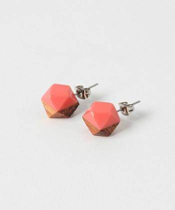 ストロベリーチョコレートをかけたような、コロンと可愛いピンク色の木製ピアス。小さくても存在感があるので、バレンタインコーディネートのポイントになってくれそう。