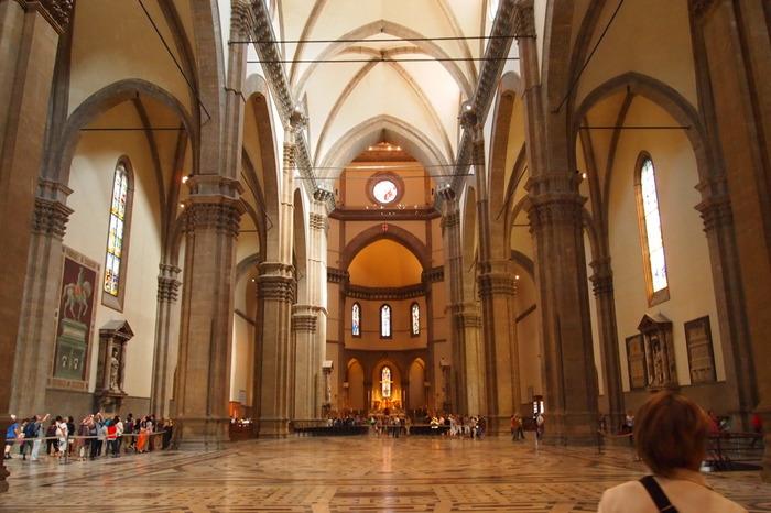 1296年から140年以上もの歳月をかけて建築されたサンタ・マリア・デル・フィオーレ大聖堂の内装は、華やかな外観と比べると驚くほどシンプルです。シンプルでありながらも、凝った採光技術によって装飾された内装は、明るく、開放感にあふれています。