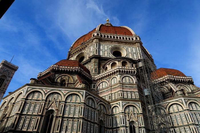 ピンク、緑、白を基調とした壮麗な外観をしたサンタ・マリア・デル・フィオーレ大聖堂は、「花の聖母教会」とも呼ばれる壮麗な姿をしたゴシック様式の教会堂です。