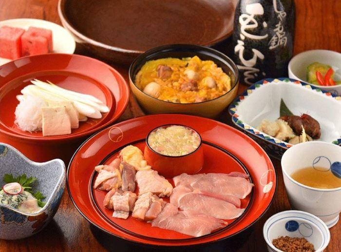 こちらは夜の部で頂ける「鳥すき軍鶏~上撰 芳町~」のコースです。豊潤な旨みで鮮度の高い軍鶏を使ったすき焼きを中心に、お店の名物の親子丼や小鉢、フルーツなどが頂けます。