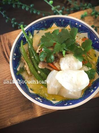 小さくカットしたお餅を焼いて、タイ風ココナッツミルクベースのスープにトッピング♪スパイスの香り豊かなエスニック風のお餅のアレンジレシピです。
