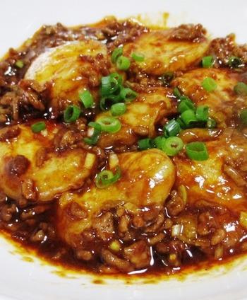 お豆腐の代わりにお餅を使った麻婆餅。とろとろのお餅に、ひき肉の旨みたっぷりのピリ辛のソースが絡まり絶品です。腹持ちがいいのも◎