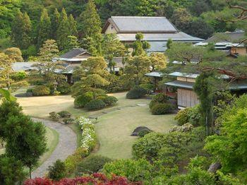緑豊かで、中央には池が配された風情豊かな回遊式日本庭園。春本番になると、枝垂れ桜やどうだんつつじなどが目を楽しませてくれます。野鳥のさえずりが聞こえることも♪