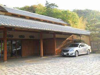 「三養荘」は、かつて旧三菱財閥・岩崎家の別邸として使われていた歴史深い和風旅館。昭和4年、京都の庭師・小川治兵衛が手がけた約3,000坪の壮大な日本庭園の中に建築されました。数寄屋造りの風格ある佇まいです。