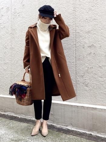 上質なチョコレート色のコートが主役のシンプルコーデ。白のタートルニットで、女性らしさアップ♪ボリューミーなタートル部分は、甘いホイップクリームのよう。