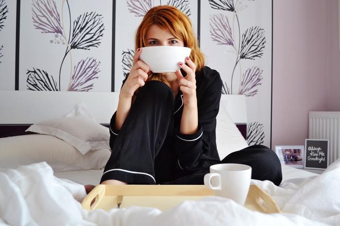 質の良い睡眠をとるためには、身に付けるものにも気を配りましょう。睡眠中の寝返りなどの動きを妨げないよう、体を締めつけない適度なゆとりのあるデザインのパジャマがおすすめ。吸湿性や保温性の高い素材のパジャマを選ぶと、心地良い眠りにつながります。