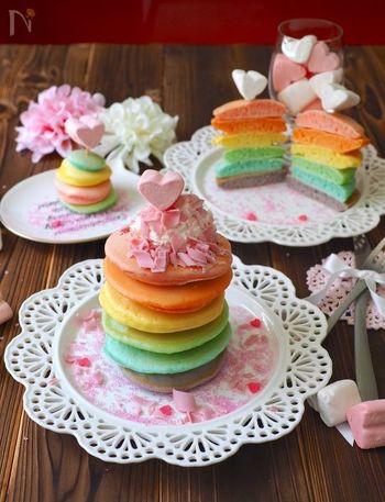 生地を等分に分けて、食用色素を入れた小さなパンケーキで作ったパンケーキタワー。お子さんも喜ぶレインボーカラーで、可愛らしさ倍増ですね♪