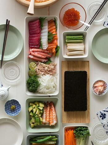こちらは「手巻き寿司」の素材を盛り付けて並べた様子。同じ幅の食器で揃えると、並べる物が多くても整然としてキレイに見えますね。