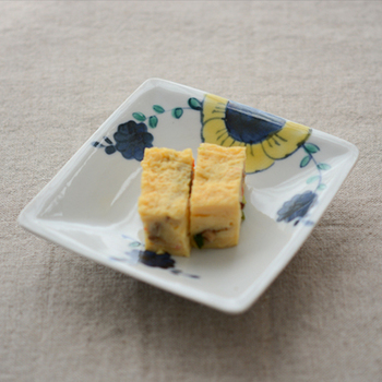 最近の和食器には、若手の作家さんの作品がどんどん増えています。自分好みの絵付けを見つけるのは、食器選びの醍醐味の一つですよね。ここでは、可愛らしい絵付けの角皿を3種類ご紹介しましょう。