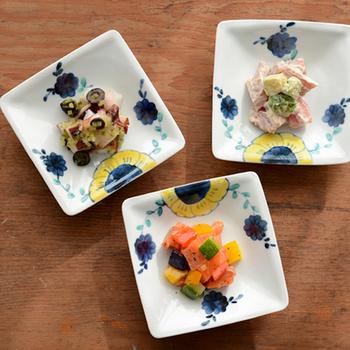 こちらは九谷焼のブランド【九谷青窯(くたにせいよう)】の作家・高原真由美さんの「舞い花」という作品。藍色と黄色で描かれた可愛らしいお花が、お皿の端に控えめに顔を見せています。ちょっとしたおかずを盛るのにぴったりですね。
