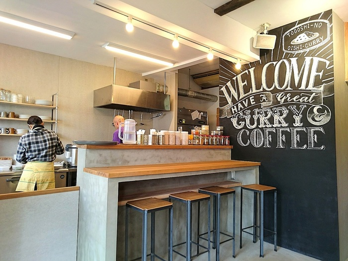 昨年12月にオープンしたばかりのカレーとコーヒーの専門店です。店内に入ると、まずスタイリッシュな黒板アートが目が奪われます。夜21:00まで開いているので、帰宅の遅くなった夜にも、ふらりと立ち寄れるカジュアルな明るさのあるお店です。