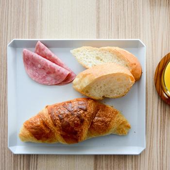 カラーはホワイトとグレーの2色。ジャンルを問わず料理が映えるシンプルなデザインは、普段使いに最適です。いつもの朝食メニューもカフェ風に見えますね☆