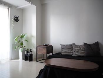 リビングをモノトーンですっきりクールにまとめるためには、目立つ収納家具をあまり置かないことも大切。散らかりがちなリモコンなどの小物も、お部屋のイメージに合うシックなサイドテーブル等にまとめましょう。