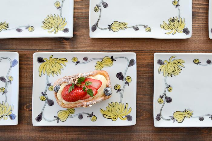 一方、こちらは【九谷青窯】での作陶を経験した後、自分の工房で創作活動を続ける作家・内村七生さんの「色絵小菊 唐草」。お皿を縁取るように、可憐な小菊が軽やかに描かれています。