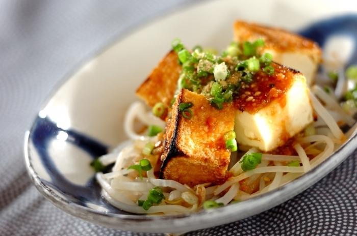 こんがりと焼いた厚揚げとシャキシャキ食感のもやしを合わせたボリューム満点のサラダ。ニンニク風味のドレッシングで箸が進む美味しさです。