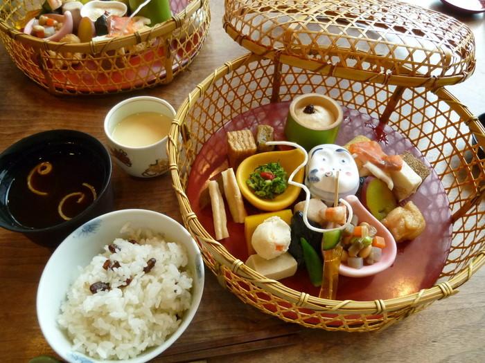こちらは、昼の部で人気の「花籠膳 雪」。見た目も華やかな花籠の中には、よせ豆富・生湯波・生麩田楽・蟹真丈・海老酒煮などが入っており、茶碗蒸しと豆ご飯も付いてきます。全て丁寧に味付けされており、季節の食材の美味しさをたっぷりと味わう事ができます。