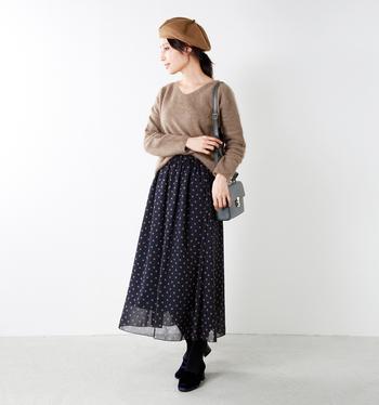 よりフェミニンなスタイルにまとめるなら、シフォンスカートもオススメですよ。裾の透け感がエレガントで、冬のコーディネートに合わせても重たくなりません。