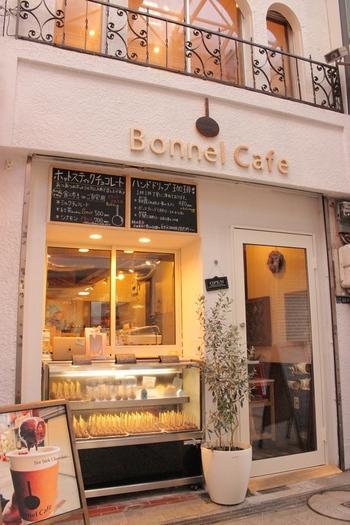 ホットミルクで溶かしながら食べる新感覚のチョコレートカフェ。フレンチカントリー風の店内は明るく落ち着くスペースです。他にもハンドドリップのおいしいコーヒーやランチやケーキのメニューなどもあります。