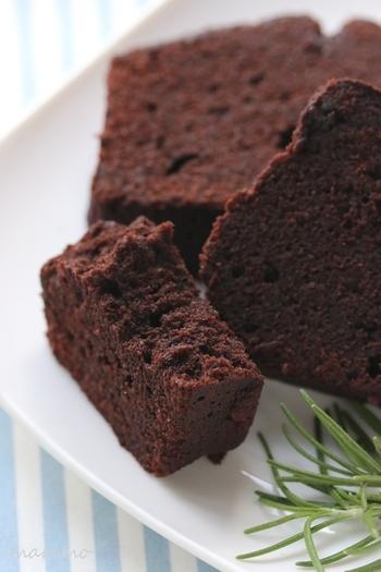 まずは定番、ラム酒が香るしっとりチョコパウンドケーキ。濃厚でほろ苦いパウンドケーキは、きっと大人の男性好みのはず♪焼菓子は日持ちもするし、ラッピングしやすくプレゼントにもぴったりですね。