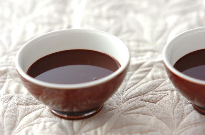 寒い夜には、身体のあったまるホットワインが美味しいですよね。こちらは、刻んだチョコレートをたっぷりと使ったレシピ。シナモンなどのスパイスが香る、身も心もぽかぽかになるドリンクです♪