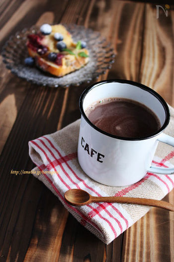 材料はビターチョコレート、牛乳、ブランデーの3つ。手軽に作れる大人のホットチョコレートドリンクです。