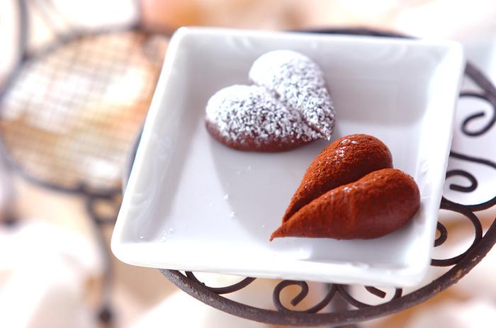 ブランデーが入った大人のガナッシュチョコ。口溶けなめらかなので、食べ過ぎてしまいそう…。綺麗なハート型に絞るためには、チョコの冷まし加減を慎重に!