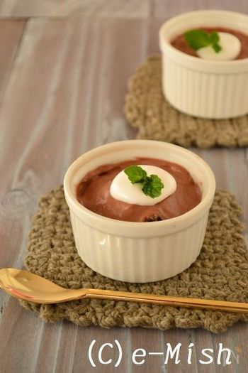 ビターチョコレートのほろ苦ムースに、ラム酒にしっかりと漬け込んだレーズンを混ぜ込んで。なめらかなムースはバレンタインディナーのデザートにぴったりです。