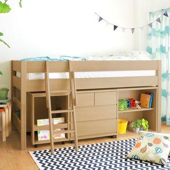 ベッド・勉強机・収納棚が一体になる家具であれば、あまり広くないお部屋でも生活にメリハリをつけることができるのではないでしょうか。お勉強の時は机を取り出し、お友達が遊びに来たら全てまとめて広い空間で遊ぶことが。