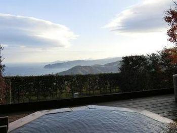 客室の露天風呂からは、季節の自然とともに、相模湾と熱海の街の景色が眼下に広がります。心地よい日差しを浴びながら、極上のバスタイムを楽しんで。