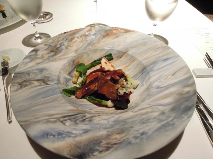 """静岡で育った牛肉や豚肉、鹿・猪などのジビエが、メインのお肉料理として振舞われます。こちらは""""伊豆半島 狩人の美食""""と称した、伊豆鹿ロース肉のカツレツと腿肉のフリカデル煮込み。"""