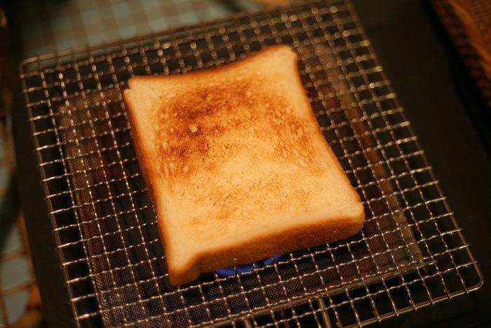 みなさんはパンを焼くのにいつも何を使っていますか?今回は、だれでもおうちで気軽に挑戦できる、「網」でパンを直火焼きする「網焼きトースト」のおいしい魅力についてご紹介します。